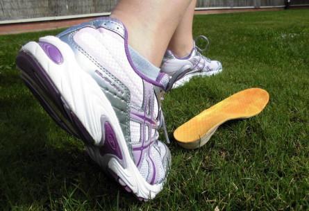 Pie pronador con zapatilla neutra y plantilla correctora (propia)