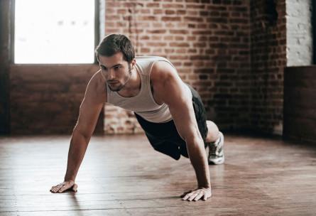 Las flexiones son un ejercicio habitual en el método TABATA (iStock)